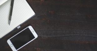 Apple iPhone 8 telefonas ant medinio stalo